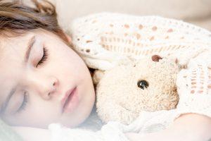 子どもの寝つきを良くする秘訣は「ママの愛情溢れる魔法の手」